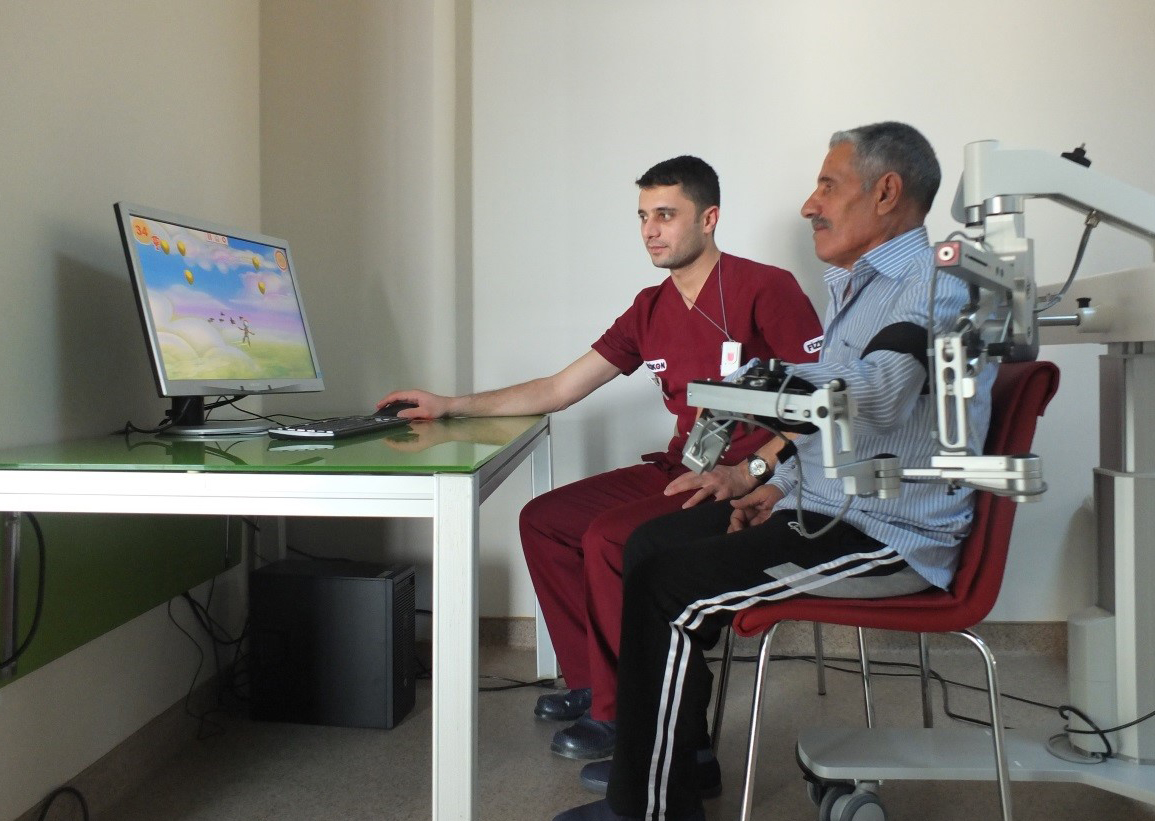 İnmeli Hastalar Robot İle Ellerini Kullanabiliyor Ve Yürüyebiliyor
